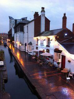 Rua Gas Basin, em Birmingham, Inglaterra, Reino Unido. Os canais estão no coração da cidade.