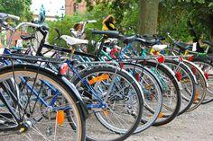 Bicicletas em Lund, Suécia. Lund é uma cidade de estudantes.  Fotografia: Julochka no Flickr.