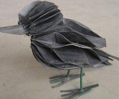 vogel gemaakt van fietsbanden het pootje is een stukje hout geverfd in grijs anders blijft hij niet staan