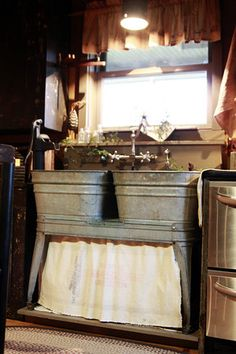 Old galvanized double wash tubs.used as a kitchen sink, how cute would that be for a cabin or summer kitchen? Country Decor, Rustic Decor, Country Sink, Country Kitchens, Rustic Outdoor, Rustic Charm, Galvanized Tub, Wash Tubs, Wash Tub Sink