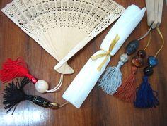 Leque em madeira delicada com pingente e contas coloridas. Embalado em tecido voil. Pode ser escolhida a cor para produção por encomenda. Medidas do leque aberto: 35 x 20cm. Ideal para oferecer como lembrança de casamento, aniversário, reuniões, eventos etc. R$14,50