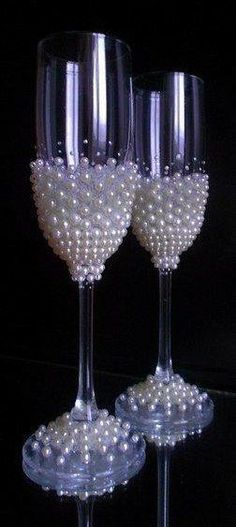 41 ideas party wine glasses champagne flutes for 2019 Wine Glass Crafts, Wine Bottle Crafts, Bottle Art, Decorated Wine Glasses, Painted Wine Glasses, Wedding Crafts, Wedding Decorations, Glitter Glasses, Wedding Glasses