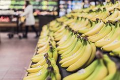 You may not look at a banana in the same way again. With this top 10 list of health benefits of eating bananas. Some of these Health Benefits may surprise you Whole Foods, Whole Food Recipes, Dessert Recipes, Banana Before Bed, 2000 Calorie Meal Plan, Bodybuilding Meal Plan, Gm Diet, Acide Aminé, 2000 Calories