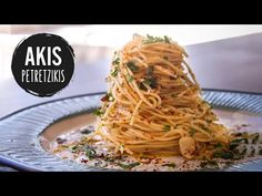 Spaghetti Aglio e Olio recipe by Greek chef Akis Petretzikis. Fresh garlic, extra virgin olive oil and great parmesan are the key ingredients for this recipe! Healthy Gourmet, Gourmet Recipes, Vegan Recipes, Cooking Recipes, Gourmet Meals, Greek Recipes, Italian Recipes, Aglio E Olio Recipe, Mediterranean Diet Meal Plan