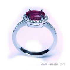 Sortija de oro blanco con brillantes y rubí de Joyería Larrabe  #Sortija #ring #rubi #mujer #moda #joyería
