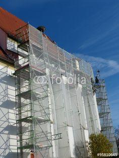 Baugerüst mit Schutznetz an der Fassade der Kirche St. Cosmas und Damian in Bertoldsheim