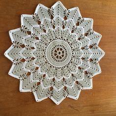 Så blev det en duk till men lite större!!! #crochetersofinstagram #crochetpattern #crochiquetê #örgügram #örgübattaniye #virka #virkadduk #crochetaddict #crochetblanket #crochetlove #crocheteriahandmade #crochetinspiration #crochetcreations #heklet #häkeln #haken by annika_virkande_mormor