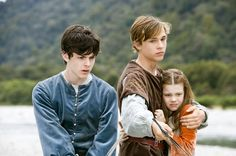 The Chronicles of Narnia – Prince Caspian Starring: Skandar Keynes as Edmund, William Moseley as Peter Pevensie, and Georgie Henley as Lucy. (click thru for larger image) Love protective brother Peter Lucy Pevensie, Peter Pevensie, Susan Pevensie, Edmund Pevensie, Narnia Movies, Narnia 3, Edmund Narnia, Narnia Cast, Narnia Prince Caspian