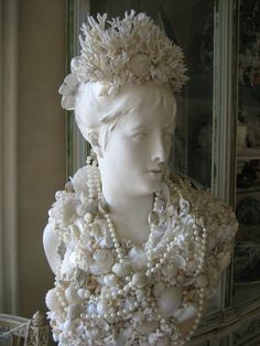 Vignettes Antiques: Summer's Grand Debut Seashell Bouquet, Seashell Art, Seashell Crafts, Beach Crafts, Seashell Decorations, Marine Style, Mannequin Art, Vignettes, Sea Shells
