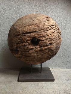 Uniek groot vergrijsd houten wiel (molensteen grinder) eye-catcher ornament op statief, zeer indrukwekkend