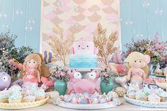 Gente, acho que terei dificuldades de encontrar palavras para descrever este projeto. Então vou simplesmente me limitar a dizer que sou per... Birthday Cake Girls, Mermaid Birthday, First Birthday Parties, Girl Birthday, First Birthdays, Under The Sea Party, Ocean Themes, Party Themes, Baby Shower