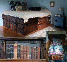 DIY bed with storagebox made of recycled materials: old table, books & leather belt.   Mökille tarvittiin 20 cm entistä leveämpi sänky ja säilytystilaa sen alle. Sängyn toisen pään runkona on vanha kirjoituspöytä, jonka välitila on hyödynnetty sijoittamalla siihen pitkä vuodevaatelaatikko. Vuodelaatikon pääty on tuunattu vanhoista kirjoista ja tapetinpalasta, vetiminä vanha nahkavyö.