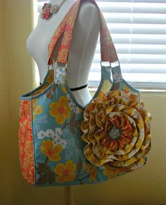 Crafty Girls Workshop... I love this bag!!!!!!!!! I am so so sad that she did not share the pattern/tutorial and her etsy shop is on vacation :(