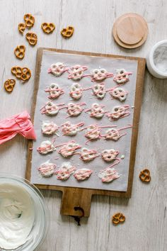 12 Simple & Delicious Baking Recipes for Holiday Gifting – DIY Chocolate Covered Pretzels Are the Ultimate Sweet-and-Salty Treat - Pink Chocolate, Chocolate Treats, Chocolate Spoons, White Chocolate Covered Pretzels, Diy Gift Baskets, Party Treats, Cata, Sweet And Salty, Be My Valentine