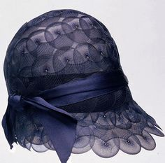 """So lovely! Cloche, from the collection of Christine Rohr. """"Alter Hut und neue Mode"""" exhibition at the Museum im Palais at the Universalmuseum Joanneum, 20s Fashion, Moda Fashion, Fashion History, Vintage Fashion, Edwardian Fashion, Fashion Hats, Vintage Outfits, Vintage Dresses, Vintage Clothing"""