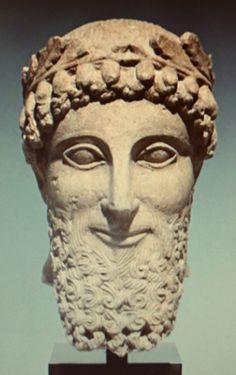 Dit is een hoofd waar veel verschillende stijlen te zien zijn. De ovale ogen en de creepy lach zijn typisch Grieks. Zijn baard daarentegen is weer Perzisch dat komt door de rechthoekige vorm.