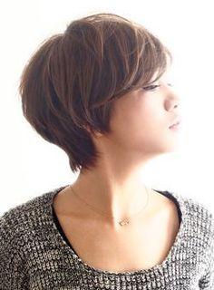 前髪は長めで大人っぽさを強調し、サイドからバックとマッシュラインでつなげています。毛先の重みを軽く取り、毛量はスライドカットで調節。【COLOR】12トーンのスモーキーアッシュで外国人っぽいニュアンスで。【PERM】表面は中間から耳下は毛先にワンカールかけてよりスタイリングしやすくします。ナチュラルな色っぽさが出るスタイルです。