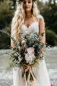 Fearless Authentic wedding detail florals & flowerdesign inspiration ideas for a bride-to-be Earthy bouquet of soft whites and greens | Image by Joel Allegretto