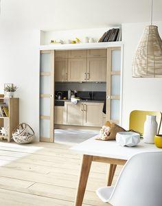 Séparer la cuisine et le salon avec des portes coulissantes.