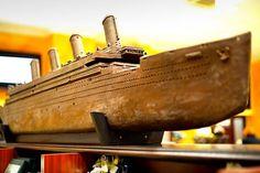 TITANIC – Auf ihrer Jungfernfahrt im Jahr 1912 kollidierte die als unsinkbar geltende Titanic mit einem Eisberg und sank. Noch heute gehört der Luxusliner zu den berühmtesten Schiffen der Welt. Maßstab 1:100 | Länge 275 cm | Gewicht 265 kg | 330 Arbeitsstunden | ca. 1.300 Bullaugen | ca. 256 Fenster