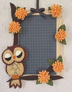 Lavagna di ardesia decorata con gufo in feltro e fiori Home Crafts, Diy And Crafts, Crafts For Kids, Arts And Crafts, Picture Frame Crafts, Craft Projects, Projects To Try, Handmade Frames, Baby Owls