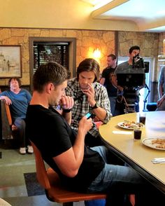 Jensen Ackles and Jared Padalecki on set of Supernatural with S.E Hinton Jared Padalecki Supernatural, Jensen Ackles Jared Padalecki, Supernatural Tv Show, Jared And Jensen, Supernatural Seasons, Castiel, Sam E Dean Winchester, Winchester Brothers, Mark Sheppard