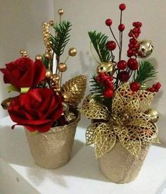 Elegant In Gold~ Christmas arrangements Christmas Flower Arrangements, Christmas Flowers, Christmas Table Decorations, Christmas Tree Ornaments, Floral Arrangements, Christmas Wreaths, Christmas Candles, Rustic Christmas, Christmas Holidays