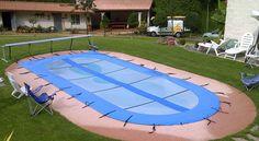 Cubierta para piscina, con portarollo tipo carro que se puede trasladar y tiene cintos que unen el rollo con el lado plano de la lona y otros cintos en todo el perimetro