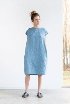 Schwedisch blau Leinenkleid mit dekorativen Knöpfen im Rücken