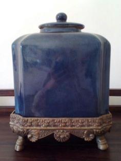 45 €: Peça decorativa em cerâmica azul.  Base em metal oxidado (ouro antigo). Muito bonita e em muito bom estado. Cerca de 30cm altura. Oportunidade. Entrego Em mãos na zona de Odivelas ou enfio por correio...