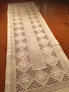 Hardanger Embroidery Tutorial This Pin was discovered by Ana Types Of Embroidery, Learn Embroidery, Embroidery Art, Embroidery Stitches, Embroidery Patterns, Crochet Hook Set, Drawn Thread, Hardanger Embroidery, Satin Stitch