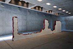 Adriana Varejão, Linda do Rosário, 2004, Óleo sobre alumínio e poliuretano, 195 X 800 X 25 cm, foto: Eduardo Eckenfels (Inhotim, MG)