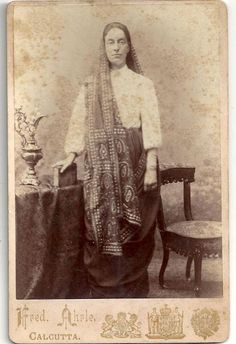Parsee Woman from Calcutta (Kolkata) , India 1895 1870s Fashion, India Fashion, Vintage Fashion, Antique Photos, Vintage Photographs, Vintage Photos, Black And White Saree, Retro Photography, History Of India