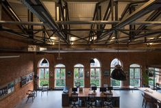 Called The Loft, the adaptive reuse project focused on the fourth floor of a Victorian-era warehouse in the city's South Bombay, an art district nicknamed SoBo. Industrial Office, Industrial Style, Warehouse Design, Loft Studio, Contemporary Office, Old Building, In Mumbai, Cool Office, Office Interiors