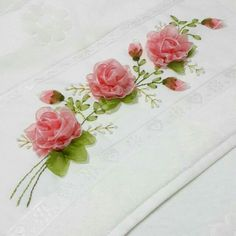Ribon Embroidery, Ribbon Embroidery Tutorial, Crochet Flower Tutorial, Embroidery Needles, Hand Embroidery Stitches, Hand Embroidery Designs, Ribbon Art, Ribbon Crafts, Satin Flowers
