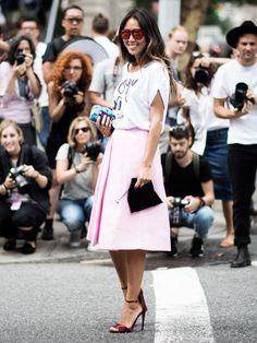 Bloggerin Aimee Song trägt ein schlichtes, weißes Print-Shirt zum Lady-Look.