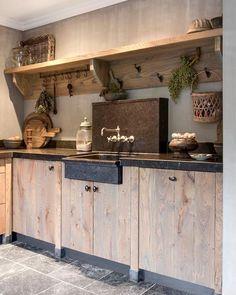 Landelijke houten keuken. Outdoor Kitchen Cabinets, Kitchen Cabinet Remodel, Kitchen Cabinet Styles, Rustic Cabinets, Home Decor Kitchen, Interior Design Kitchen, Kitchen Ideas, Cabin Kitchens, Kitchen Styling