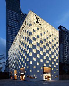 Louis Vuitton Store in Shenzhen, China. Von Paragon Architects - - Louis Vuitton Store in Shenzhen, China. Architecture Metal, Amazing Architecture, Geometry Architecture, China Architecture, Retail Architecture, Building Architecture, Beautiful World, Beautiful Homes, Facade Lighting