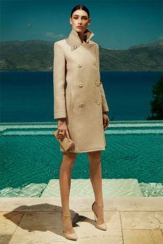 BLUMARINE Doppelreihiger Mantel aus Wolle, Preis auf Anfrage. Ring: Missoni. Clutch und Schuhe: Arfango