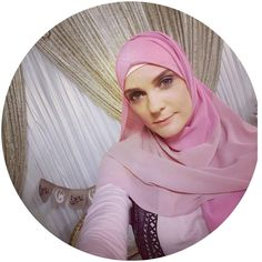 When you have a @islamchannel presenter @kathrynirrgang buys your hijab and looks stunning in it. Loving the pink combo! May Allah bless you in everything you do! Two-toned chiffon hijab in dusky pink & Spanish pink. www.hidden-pearls.co.uk. . . . . #islam #islamchannel #tvpresenter #media #writer #hijabs #chiffonhijab #hijabstyle #lookinggood Hijab Dress Party, Hijab Outfit, Modest Wear, Modest Outfits, Fashion Group, Girl Fashion, Hijab Fashion, Fashion Outfits, Hijab Chic