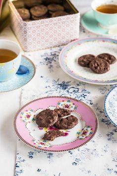 Shortbread de chocolate sobre platos de postre de Pip Studio y GreenGate No hace mucho os hablamos del shortbread y hoy os traemos otras galletas shortbread de chocolate, el colmo de la golosinería. E