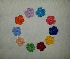 APLIQUE DE CROCHÊ FLORES    Pequenas e delicadas flores coloridas confeccionadas em crochê com fio 100% de algodão, espessura média.    Medida aproximada: 3 cm    Ideal para customização de peças, tais como blusas, bolsas, peças em jeans, pacotes de presente, tags e cartões comemorativos.    Também é uma opção para montagem de bijuterias, acrescentando um toque artesanal nas peças montadas com contas coloridas.    Ótima sugestão para usar na decoração de álbuns em scrapbook, patchwork, ...