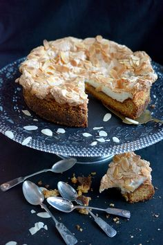 Herraskartanon kakku   Maku Sweet Recipes, Cake Recipes, Finnish Recipes, Scandinavian Food, Just Eat It, Cake & Co, Little Cakes, Pastry Cake, Vegan Cake