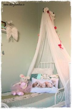 Smart idea.. DIY Bed canopy, that is made out of two IKEA curtains that are sewn together and laid over an outdoor flower pot holder. The curtains are fastened too the flower pot holder with safety pin