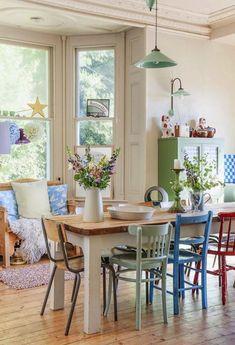 Parece imposible que la mezcla de sillas de diferentes procedencias, épocas, estilos y acabados formen un conjunto tan armonioso y le den a tu comedor una pe...