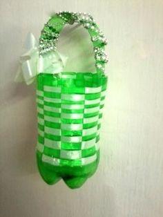 Het is heel gemakkelijk om een leuke mand te maken van plastic fles !!  .  Gratis tutorial met foto's over hoe je een opslag mand te maken in minder dan 7 minuten door te knopen en niet naaien met lint, nietmachine, en plastic fles.  Geïnspireerd door geschenken en mensen.  How To geplaatst door Riya K. in de Home + DIY sectie Moeilijkheidsgraad: Gemakkelijk.  Kosten: Geen kosten.  Stappen: 12