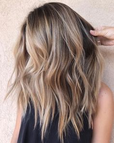 Blonde Balayage Discover 1001 hair color ideas you definitely need to try in 2020 2020 is almost here and so are all the different trend guides. Now its high time we present to you the best hair color ideas you need to try in Platinum Hair Dye, Medium Length Wavy Hair, Hair Medium, Medium Brown, Hair Color Balayage, Blonde Balayage Highlights On Dark Hair, Brownish Blonde Hair Color, Blonde On Dark Hair, Blonde Balyage