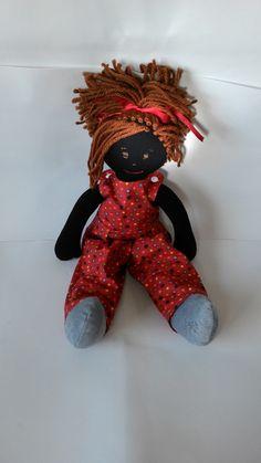 Boneca para brincar feita artesanalmente com corpo em malha 100% algodão bem resistente, roupas em tricoline 100% algodão com acabamento interno que possibilita trocar de roupa, cabelos de 100% lã, costurado fio a fio a mão, que possibilita a criança fazer o penteado que quiser.