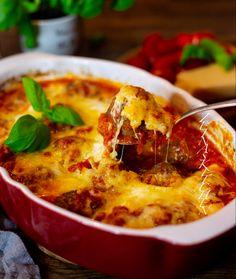 Stora saftiga italienska köttbullar i en läcker tomatsås, toppad med ost och bakad i ugn. Ja ni förstår… nästan för gott! Enkelt men samtidigt lyxigt. Servera med pasta och njut! 6 portioner Köttbullarna: 600 g köttfärs 1 dl ströbröd eller 2-3 skivor dagsgammalt bröd 1,5 dl mjölk 1 dl riven parmesanost (kan uteslutas) 1 ägg 1 pressad vitlöksklyfta 1 liten knippe finhackad persilja 1 liten knippe finhackad färsk basilika eller 1 msk torkad basilika Salt & peppar Olivolja till garnering ... Thai Red Curry, Food And Drink, Ost, Ethnic Recipes, Prom Dresses, Ball Gowns, Dress Prom