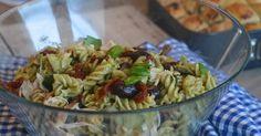 Dette er en nydelig pastasalat som faller i smak hos både store og små! Perfekt til lunsj, middag, hagefest, strandtur, båttur.. Ganske enk...